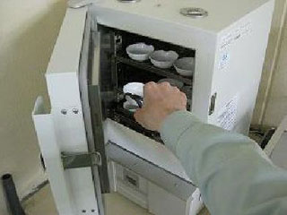 水分測定における蒸発皿出し入れ作業