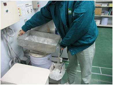 排出粉用ペール缶交換作業