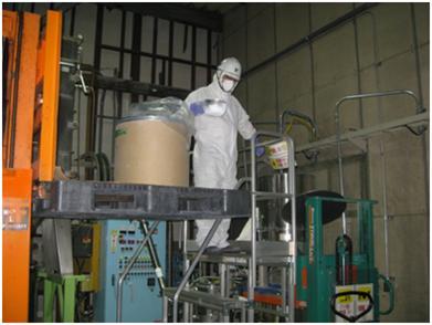 フッ素樹脂原料投入作業