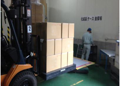 フォークリフトによる最終検査場への製品搬入