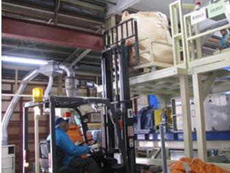 フォークリフトによる柵付きパレット昇降作業