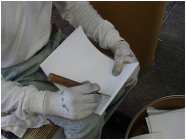 フッ素樹脂ブロック原料を削る作業