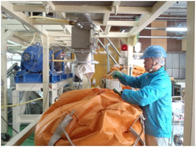 粉体回収用フレコンの交換作業
