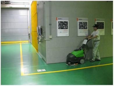 床洗浄機での清掃作業