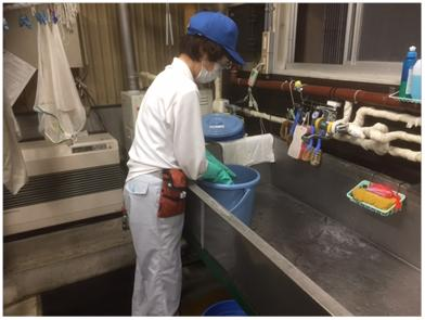 苛性ソーダ液を使用した漬け置き洗い作業